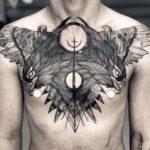 Tatuagem em blackwork no peito