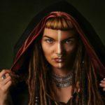 Foto de mulher com vários piercings