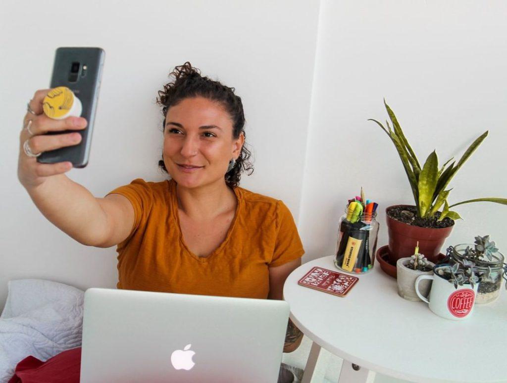 Nicole gravando com o celular stories para o insatgram