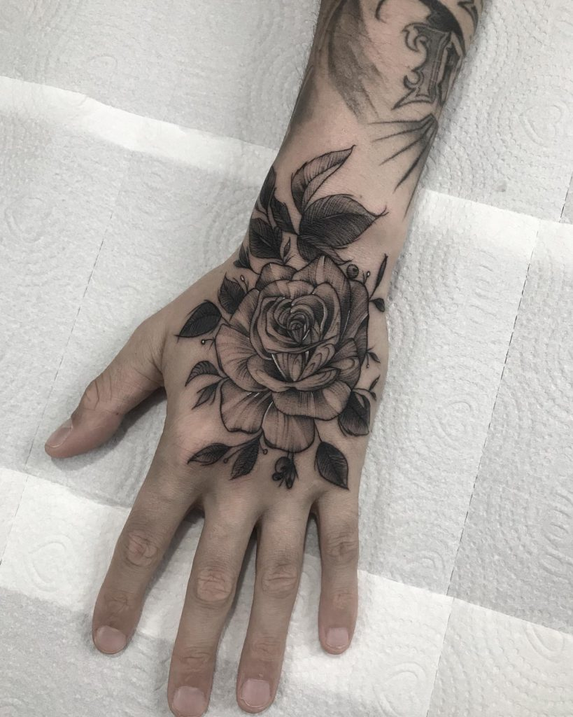 Foto de tatuagem feita por Thales Longhi (@zvoindigo)